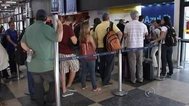 Passageiros enfrentam transtornos após voo ter decolagem interrompida - Um avião com cerca de 60 passageiros, que sairia do aeroporto de São José do Rio Preto (SP) com destino a Campinas (SP), teve a decolagem interrompida neste domingo (22). O voo só foi autorizado três horas depois do horário de saída. Segundo a companhia aérea, uma manutenção não programada teria sido a causa do atraso. Os passageiros foram encaminhados até o saguão do aeroporto.