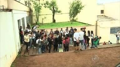 Mais uma escola é ocupada por estudantes em Jundiaí - Há seis dias ocorre a ocupação da escola DR. Eloy de Miranda Chaves, na Vila Aparecida, em Jundiaí. Nesta segunda-feira, a escola Barão de Jundiaí que fica no bairro Colônia foi ocupada parcialmente. O motivo é o mesmo: os alunos são contra a reorganização escolar.