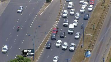 Acidente complica o trânsito na avenida ACM - Confira nas imagens do Redecop.