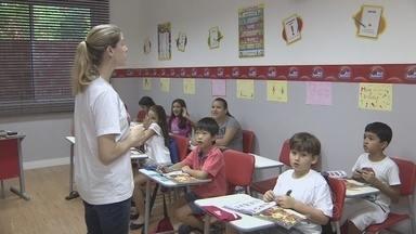 Crianças aprendem segunda língua com mais facilidade - Língua estrangeira pode ser absorvida de forma natural e com fluência.Estímulos lúdicos aumentam sinapses do cérebro e facilitam aprendizado.