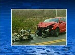Quatro acidentes foram registrados na região durante o fim de semana - Um idoso morreu após ser atingido por fio de alta tensão derrubado por veículo.