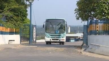Paralisação de ônibus afeta 50 mil pessoas em Manaus, diz Sinetram - Mais de 200 ônibus ficaram parados até as 6h desta segunda-feira (23).Segundo sindicato, motivo foi o atraso do adiantamento do salário.