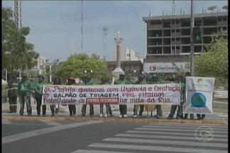 Grupo de catadores realiza protesto em frente a prefeitura de Petrolina - Eram cerca de dez pessoas, que fazem parte da Cooperativa de Catadores de Materiais Recicláveis do Raso da Catarina