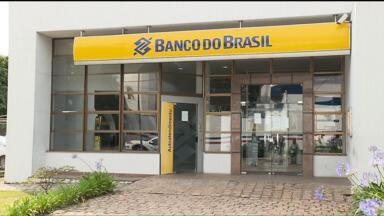 Clientes de um banco em Curitiba não podem movimentar dinheiro na agência - Os clientes de uma agência do Banco do Brasil, no Pinheirinho, não estão conseguindo fazer pagamentos, depósitos ou saques na boca do caixa.
