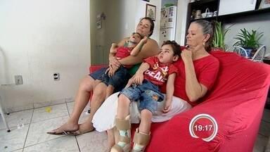 Mães de crianças especiais estão na fila de espera por cadeira de rodas - Elas reclamam que espera dura mais de um ano.