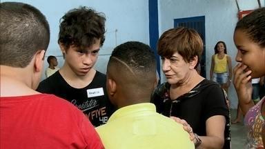 Alunos tentam virar o jogo e superar o bullying em escola pública do Rio de Janeiro - O Fantástico acompanha a rotina de alunos para descobrir como o bullying acontece. Em nova série, as vítimas ficam frente a frente com os valentões.