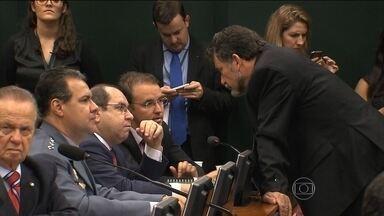 Conselho de Ética não consegue votar mais uma vez o processo contra Cunha - O governo acha que parte fundamental da sobrevivência da presidente Dilma Rousseff depende de garantir a sobrevivência de Eduardo Cunha no cargo. Pela terceira vez seguida em três semanas o Conselho de Ética não conseguiu votar o processo.