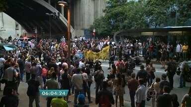PM usa bombas para dispersar ato de alunos que bloqueou avenida de SP - O bloqueio da Av. Nove de Julho teve início por volta das 18h30 da terça-feira (1º). Os alunos protestaram contra reestruturação da rede de ensino estadual.