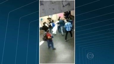 Estudantes que ocupam a UERJ impedem outros alunos de entrar no prédio do Maracanã - Os ânimos se acirraram e houve discussão entre manifestantes. Os seguranças precisaram intervir.