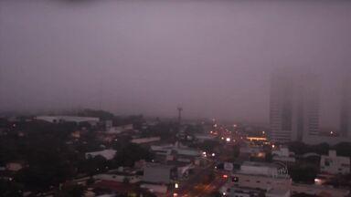 Neblina atrapalha visão de motoristas na manhã desta quarta-feira (2) em Ribeirão Preto - Aeroporto Leite Lopes teve a rotina alterada devido ao mau tempo na cidade.