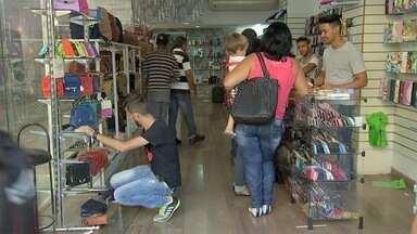 Comércio começa a atender em horário especial de fim de ano em cidades de MS - Os lojistas querem aproveitar também que tem mais dinheiro injetado na economia.