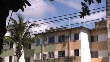Moradores cobram poda de árvore no bairro do Poço - Comunidade do Conjunto Santo Eduardo se queixa do problema que vem causando vários transtornos.