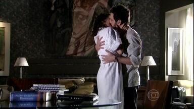 Murilo quer assumir a relação com Silvia - A ex-mulher de Raul fica feliz com a atitude do rapaz