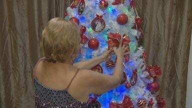 Em Manaus, aposentada homenageia família com decoração de natal - Árvore de natal recebeu atenção especial, com enfeites personalizados.