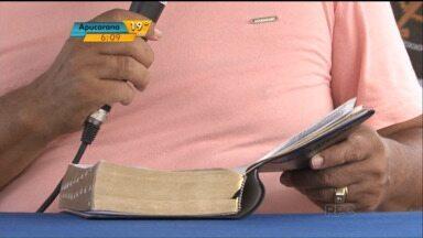 Fiéis se reúnem para fazer leitura da bíblia em Umuarama - Fiéis das igrejas evangélicas estão reunidos na Praça da Bíblia, em Umuarama, para ler toda a bíblia.