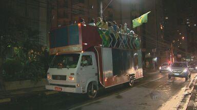 Campineiros fazem manifestação após abertura de processo de impeachment da presidente - Cerca de 30 manifestantes saíram em passeata em Campinas.