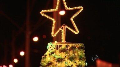 Decoração de Natal em Jaci é feita com material reciclável - Aos poucos a gente vai entrando no clima do Natal. Jaci está muito bonita, toda iluminada. A decoração foi toda feita com material reciclável.