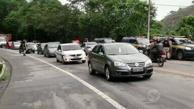 Manifestação contra demissões na Brasfels fecha BR-101, em Angra, RJ - Protesto causou congestionamento nos dois sentidos da rodovia; internautas registraram engarrafamento gerado em diferentes pontos.