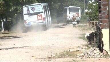 Falta de pavimentação prejudica moradores do povoado de Saúde - Comunidade local se queixa da poeira na região.