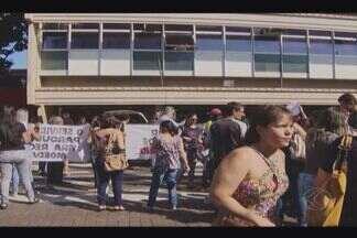 Servidores da Prefeitura de Uberlândia protestam contra salários atrasados - Atraso no pagamento foi anunciado na última segunda-feira (30). Grupo se reuniu na porta da Prefeitura e caminharam para Câmara.