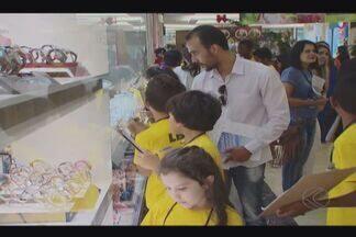 Crianças visitam comércio para fiscalização de fim de ano em Uberlândia - Crianças estiveram em shopping junto com representantes do Procon. Objetivo foi verificar empregabilidade do Código de Defesa do Consumidor.