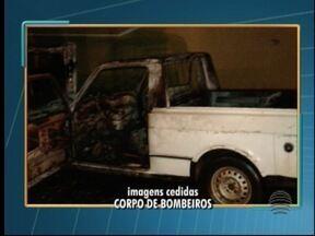 Carro fica destruído após pegar fogo em Junqueirópolis - Veículo estava estacionado em frente à casa do dono.