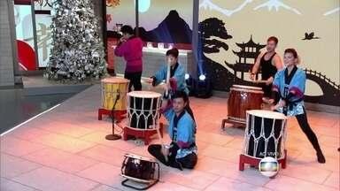 Grupo Himawari Taikô se apresenta no palco do Encontro - Descendentes de japoneses tocam o taikô, tambor tradicional do folclore