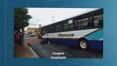 Asfalto cede e ônibus fica preso em buraco em Barretos, SP - Acidente aconteceu no bairro Fortaleza. A tubulação rompeu a Rua Dezoito ficou parecendo uma lagoa.
