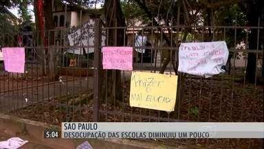 Alunos desocupam as escolas de SP aos poucos e por decisão própria - O número de escolas ocupadas em São Paulo começou a cair depois do anúncio da suspensão do projeto que previa a reorganização da rede estadual de ensino. Falta de liderança única atrapalha o processo.