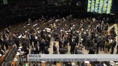 Discussão para formar a comissão do impeachment termina sem consenso - O presidente da Câmara, Eduardo Cunha, transferiu para hoje a eleição dos deputados que vão fazer parte da comissão. Cunha alegou que não havia quórum, mas na verdade, estava difícil os partidos chegarem a um acordo.
