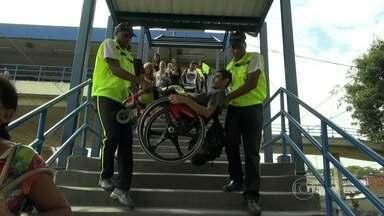 Bom Dia Rio acompanha as dificuldades de cadeirantes que andam de trem no Rio - A equipe de reportagem mostra a viagem de cinco cadeirantes da estação Gramacho, na Baixada Fluminense, até a estação Maracanã.