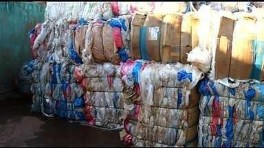 Reportagem mostra como é feita a reciclagem de sacolas plásticas, em Rio Verde - Muitos consumidores pegam as embalagens nos supermercados e não sabem como dar um destino correto a elas.