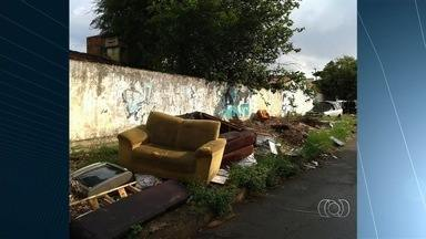 Lixo acumulado em avenida se transforma em foco da dengue em Goiânia - Registro foi feito por moradora no cruzamento das avenidas Aimorés com Xavantes.