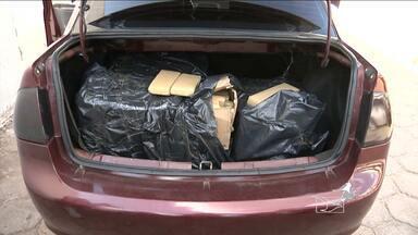 Dois homens são presos suspeitos de tráfico de drogas, em Codó, MA - Dois homens foram presos suspeitos de tráfico de drogas, em Codó (MA). Com a dupla, a polícia apreendeu mais de 100 kg de maconha escondidos no porta-malas de um carro.