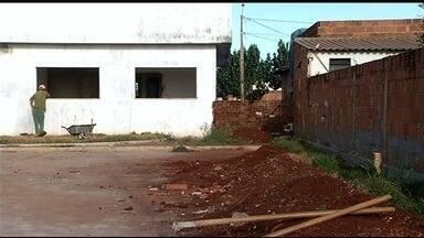 Moradores reclamam de atraso em obra de UPA em Itumbiara - Prédio deveria ter ficado pronto há mais de dois anos. Com isso, população diz que tem dificuldade de conseguir atendimento.