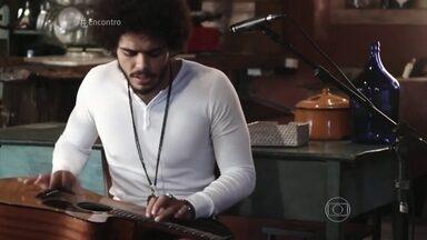 Confira o teste de Enzo Romani para Malhação Seu Lugar no Mundo - O intérprete de Pedro estreia em sua primeira novela e toca a música que cantou no teste no sofá do Encontro