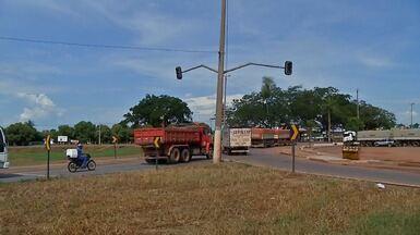 Semáforo do trevo que liga as BRs 163 e 364 em Rondonópolis para de funcionar - Semáforo do trevo que liga as BRs 163 e 364 em Rondonópolis para de funcionar e causa transtornos aos motoristas