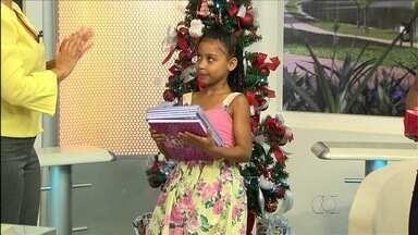 Jornal Anhanguera entrega primeiro presente da árvore de Natal do estúdio - Lilian Lynch recebe no estúdio a primeira criança que participou de reportagem da TV Anhanguera este ano e é presenteada pelo jornal.