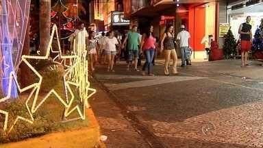 Comércio abre em horários especiais para vendas de Natal em Rio Preto e Araçatuba - O Natal está chegando, o comércio está precisando faturar para se recuperar um pouco da crise desse ano. Para facilitar a vida de muita gente que trabalha o dia todo, as lojas começaram a abrir à noite em Rio Preto (SP) e Araçatuba (SP).