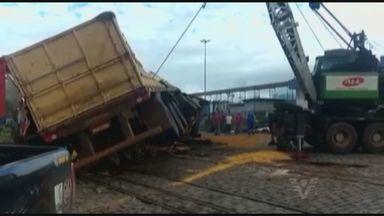Trem e caminhão colidem em Santos e carga fica derramada na pista - Acidente aconteceu na manhã desta terça-feira na avenida Perimetral. De acordo com a Guarda Portuária, não houve registro de feridos.