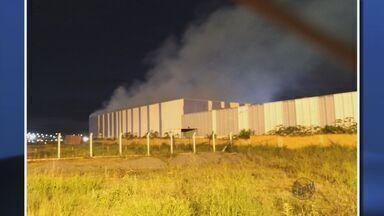 Incêndio atinge fábrica de cosméticos desativada em Poços de Caldas (MG) - Incêndio atinge fábrica de cosméticos desativada em Poços de Caldas (MG)