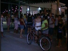 Centenas de pessoas fazem protesto em frente a sede da Vale em Governador Valadares - Eles pedem água mineral.