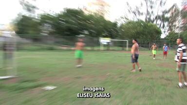 """Em Cuiabá, peladeiros """"madrugam"""" para jogar no campo do bairro Areão - Em Cuiabá, peladeiros """"madrugam"""" para jogar no campo do bairro Areão"""