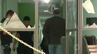 Polícia Civil de Angra, RJ, busca por suspeitos que teriam explodido um caixa eletrônico - Aparelho ficava em unidade de saúde, localizada no Centro da cidade; quatro homens participaram da ação e teriam levado R$ 50 mil, diz polícia.