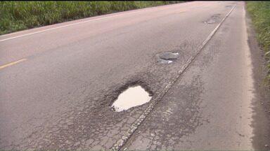 Motoristas que passam pela estrada que da acesso a Guaratuba reclamam dos buracos na pista - A estrada que passa por Garuva é uma das mais usadas pelos paranaenses no verão, para chegar a Guaratuba.
