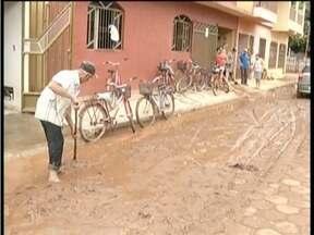 Cerca de 400 casas são atingidas pela lama do rio que corta a cidade de Itanhomi - Temporal de mais de duas horas provocou muitos estragos no município.