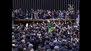 Chapa alternativa da oposição é eleita para a comissão do impeachment - Chapa com nomes da oposição e de dissidentes do PMDB venceu a votação. Plenário da Câmara teve bate-boca, brigas e urnas quebradas.