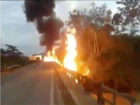 Trecho da BR-116, perto de Dom Cavati, é liberado após quase vinte horas - A batida de duas carretas provocou uma explosão e interditou a via.