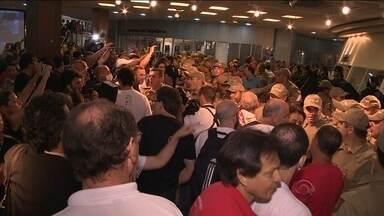 Servidores e PM voltam a entrar em conflito durante votação da Alesc - Servidores e PM voltam a entrar em conflito durante votação da Alesc