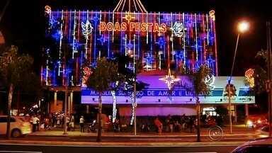 Decoração de Natal no centro de Marília é inaugurada com festa e música - A decoração de Natal no centro de Marília foi inaugurada com festa e música. Os principais pontos da região foram iluminados, incluindo a prefeitura e até a árvore mais antiga da cidade. A população gostou e aproveitou para fazer fotos e vídeos com a família.